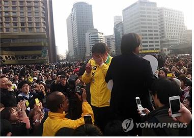 김용민을 지지하기 위한 '삼두 집회' 현장. 서울 광장에 모인 그의 지지자들의 연령대와 성별 구성은 많은 것을 드러내 준다. 출처: 연합뉴스