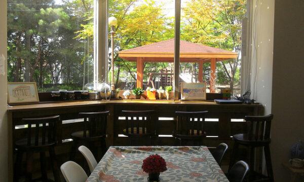 공원이 내다보이는 창가 테이블