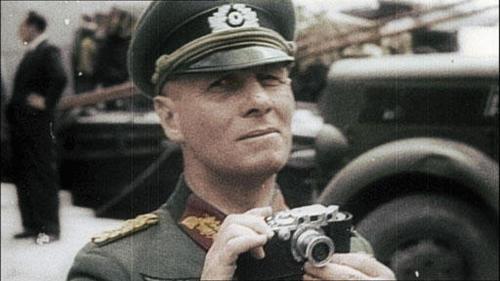 자신의 라이카 카메라(Leica III)를 들고 있는 독일군의 에르빈 롬멜 원수. 그는 이 사진기를 1940년 이전 선전상 괴벨스 박사로부터 받았다고 한다. 그의 사진들은 보도용으로도, 프로파간다 용으로도 자주 활용되었다.