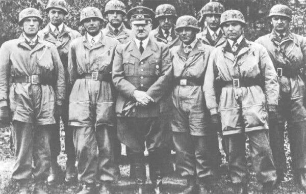 1940년, 벨기에의 에반에말 요새 공략전에서 활약한 독일군 공수부대원들이 훈장을 받은 뒤 히틀러 총통과 함께 찍은 사진. 독일군 공수부대 영광의 순간이다.