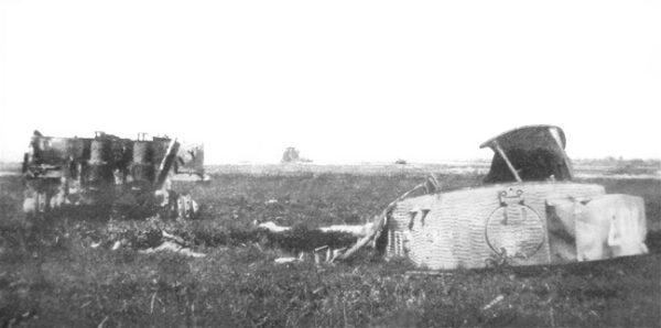 사냥꾼의 무덤: 비트만이 마지막으로 탑승했던 티거 I 전차(후기형)의 잔해가 널려 있다. 이 사진은 전투가 벌어진 다음 해 근처를 지나던 한 프랑스인이 찍은 것이다. 격렬한 폭발로 상단의 포탑이 통채로 날아간 것이 보인다. (*출처:  위키백과)