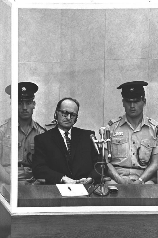 """""""그 행위가 아무리 괴물 같다고 해도 그 행위자는 괴물 같지도 악마적이지도 않았다. 우리 모두의 안에는 아이히만이 있다"""" (한나 아렌트, 예루살렘의 아이히만) 나치 전범으로 재판 중인 아돌프 아이히만의 모습 (1961년 4월 11일 예루살렘 지방법원)"""