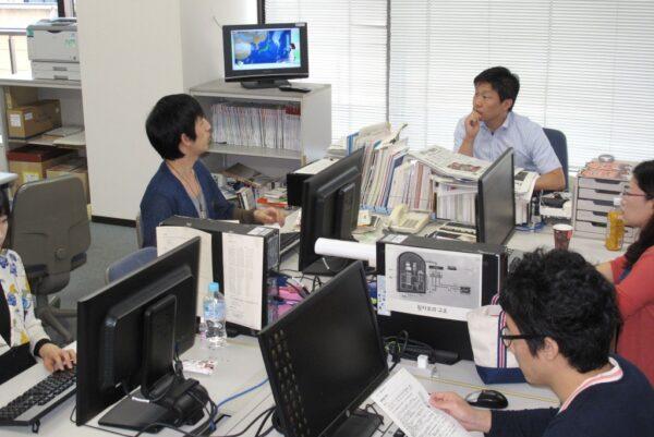 아사히신문 한국어팀(오른쪽 뒤가 채재수 팀장)의 사무실 모습. 아사히신문 한국어팀 제공