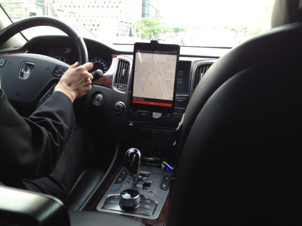 우버 차량에 설치된 아이패드 미니와 운전자용 우버 앱