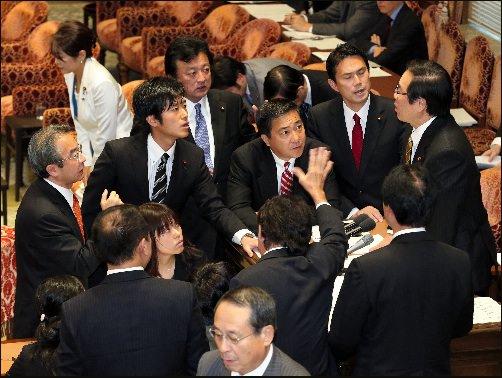 민주당 등 야당 의원들이 額賀福 시로우 위원장 (오른쪽)에 다가서는 가운데 찬성 다수로 특정 개인 보호 법안을 통과시켰다 중의원 국가 안보 특별위원회.
