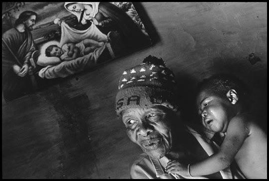 """제임스 낙트웨이, """"에이즈에 감염된 손녀를 돌보는 할머니""""(남아프리카, 2000)"""