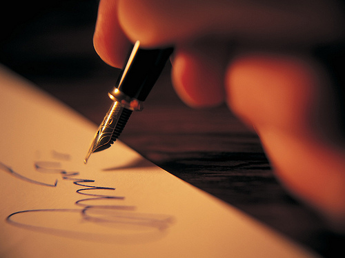 서구의 문화는 계약을 체결하는 의사표시를 '서명'을 통해 완결하는 문화다. (사진: LOSINPUN, CC BY NC SA)