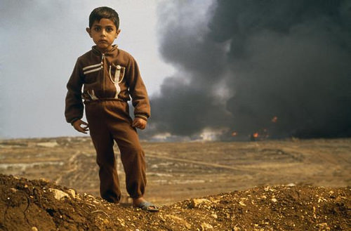 A young Palestinian boy at the Tripoli front ⓒEli Reed