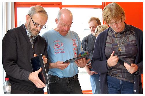 아무리 태블릿이 신기해도 아직 TV를 대체하기는 역부족이다. (사진: Bibliotheek Kortrijk, BY NC ND)