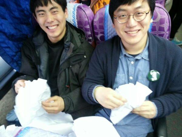 안녕들 초기부터 함께 활동한 강태경(좌) 주현우(우) (사진: 안녕들 페이스북)