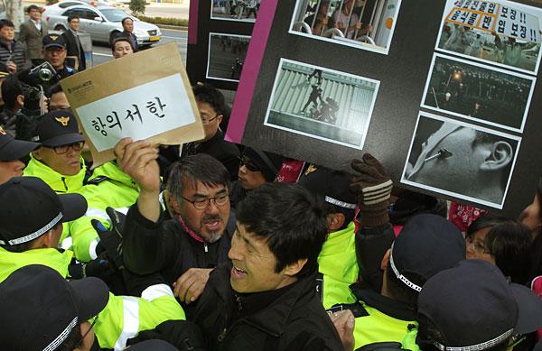 /story/2/wp/?id=764 × 쌍용차 진압 우수사례 선정 경찰청 규탄 공동기자회견 (2012년 03월 13일, 사진: 쌍용자동차 투쟁 타임라인) http://victory77.jinbo.net/story/timeline