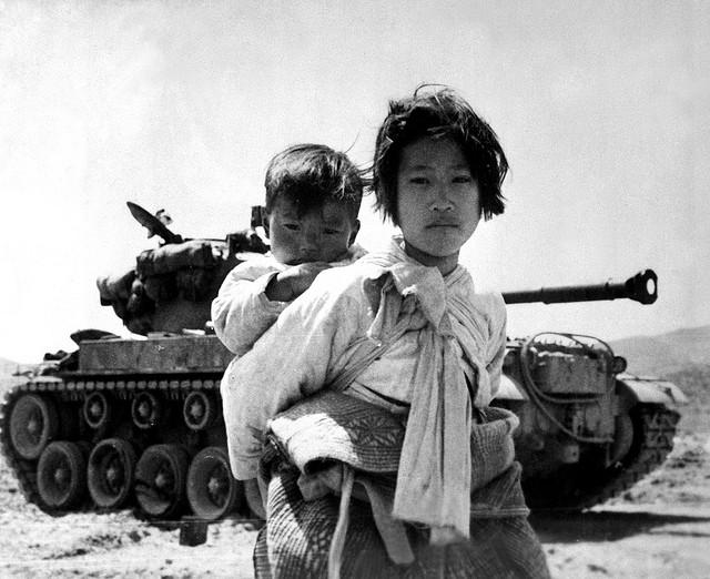 한국 전쟁 중 동생을 업은 소녀의 모습. 세계사 선생님이나 학교 친구들은 당시 '한국'에 관해 이런 모습을 상상하고 있었던 건지도 모른다. (사진: U.S. Army Korea, CC BY NC ND)