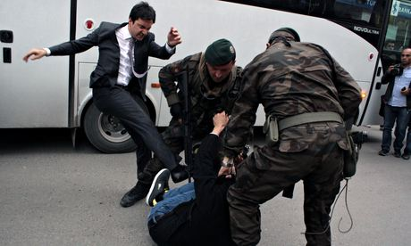 Turkey mine disaster (가디언, 2014년 5월 15일) (사진: AP)에서 인용  http://www.theguardian.com/world/2014/may/15/turkey-mine-disaster-aid-pm-pictures-kicking-protester