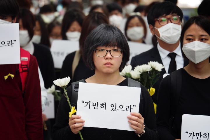 """""""가만히 있으라"""" 침묵행진을 제안한 용혜인 씨 (사진: 딴지일보 좌린 @zwarin)"""