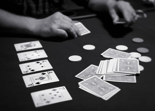 카드 게임 텍사스 홀덤을 하는 모습