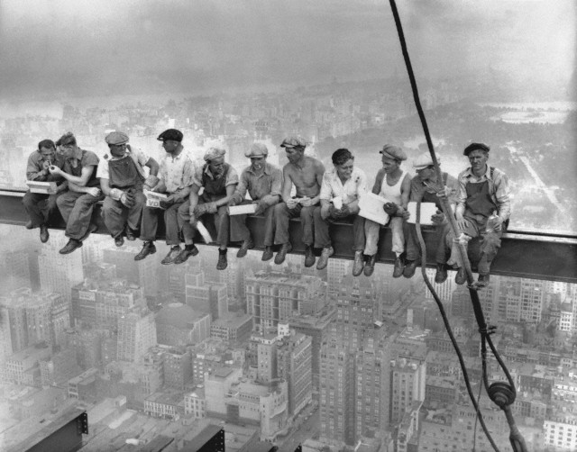 """Charles C. Ebbets, """"Lunch atop a Skyscraper"""", (1932년 작)"""