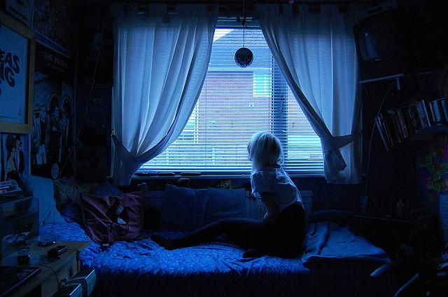 창문 밖을 보는 소녀