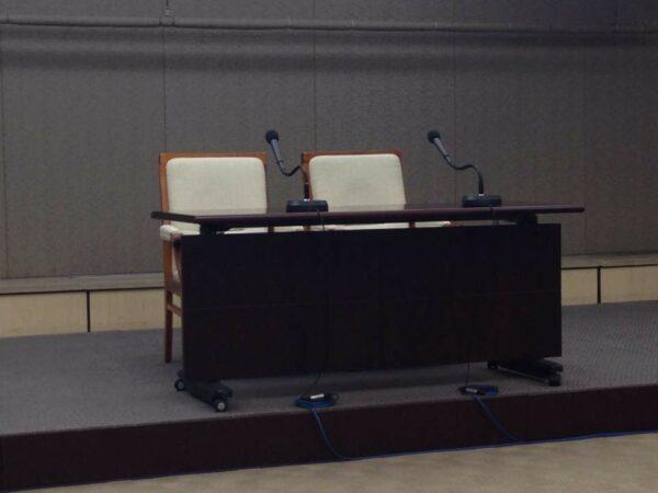 다음카카오 긴급 기자회견에 놓여진 테이블, 원래 두 자리가 예정되어 있었습니다.