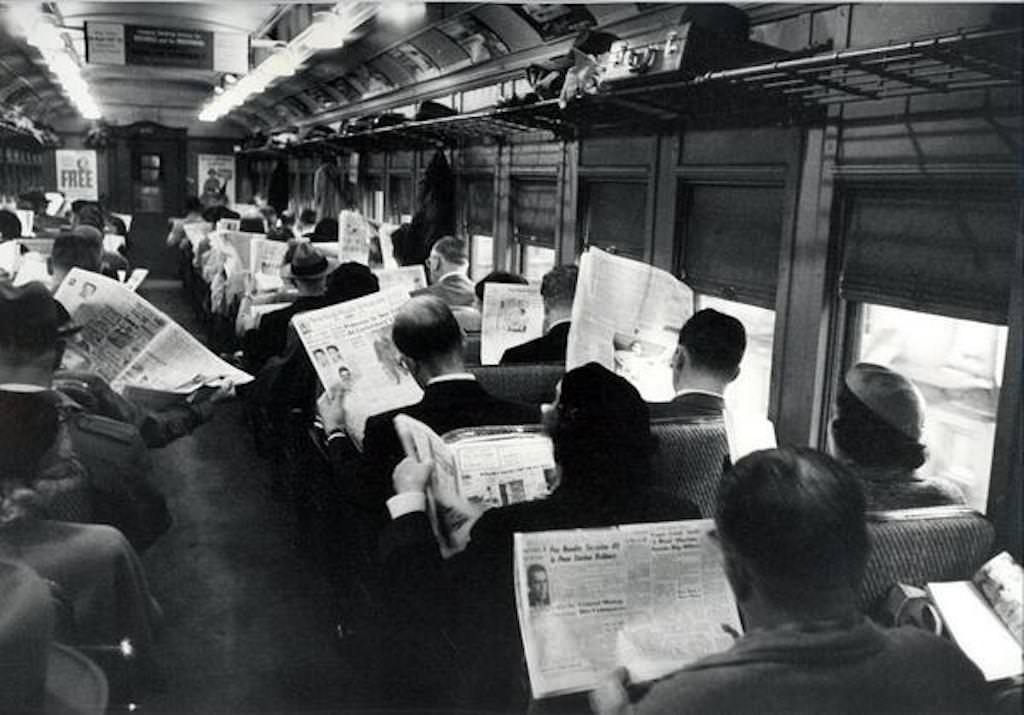 버스에서 신문 읽는 사람들