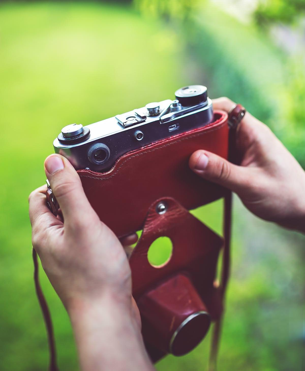 두 손으로 든 카메라