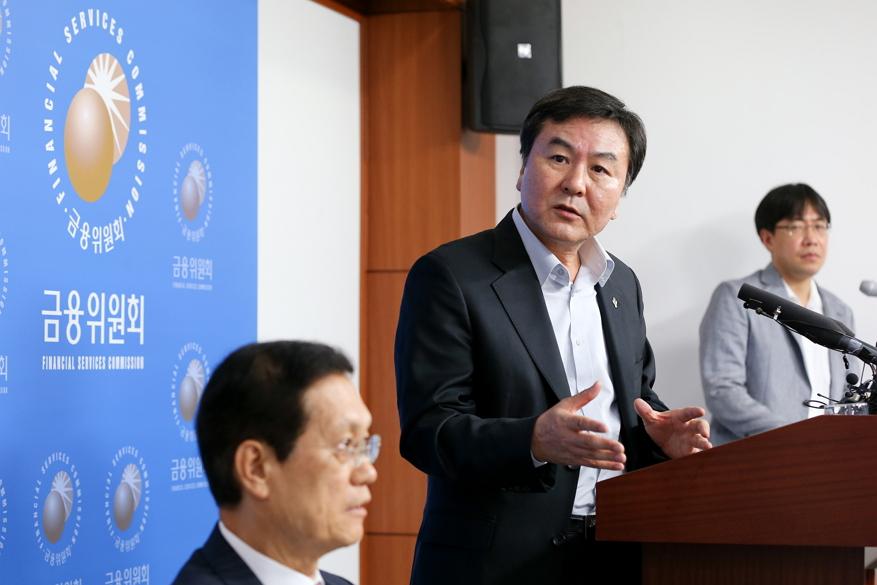 신제윤 금융위원장 (출처: 금융위원회)  http://m.fsc.go.kr/01Sub/001Sub/news.do?FLAG=VIEW&CPAGE=1&NUM=28299