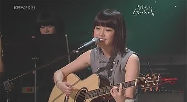 유희열의 스케치북 등의 방송에 나가 기타 치는 모습을 보여줬던 아이유 (©KBS)