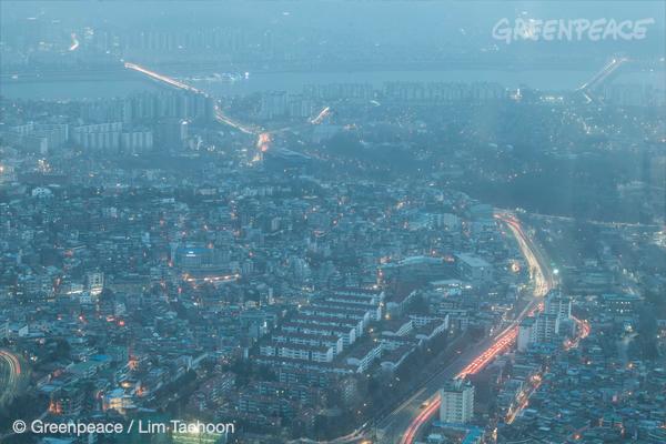 서울에 초미세먼지 주의보가 내린 2015년 2월 23일 남산에서 바라본 서울 전경. 중국발 황사까지 겹쳐 시야가 뿌옇다.