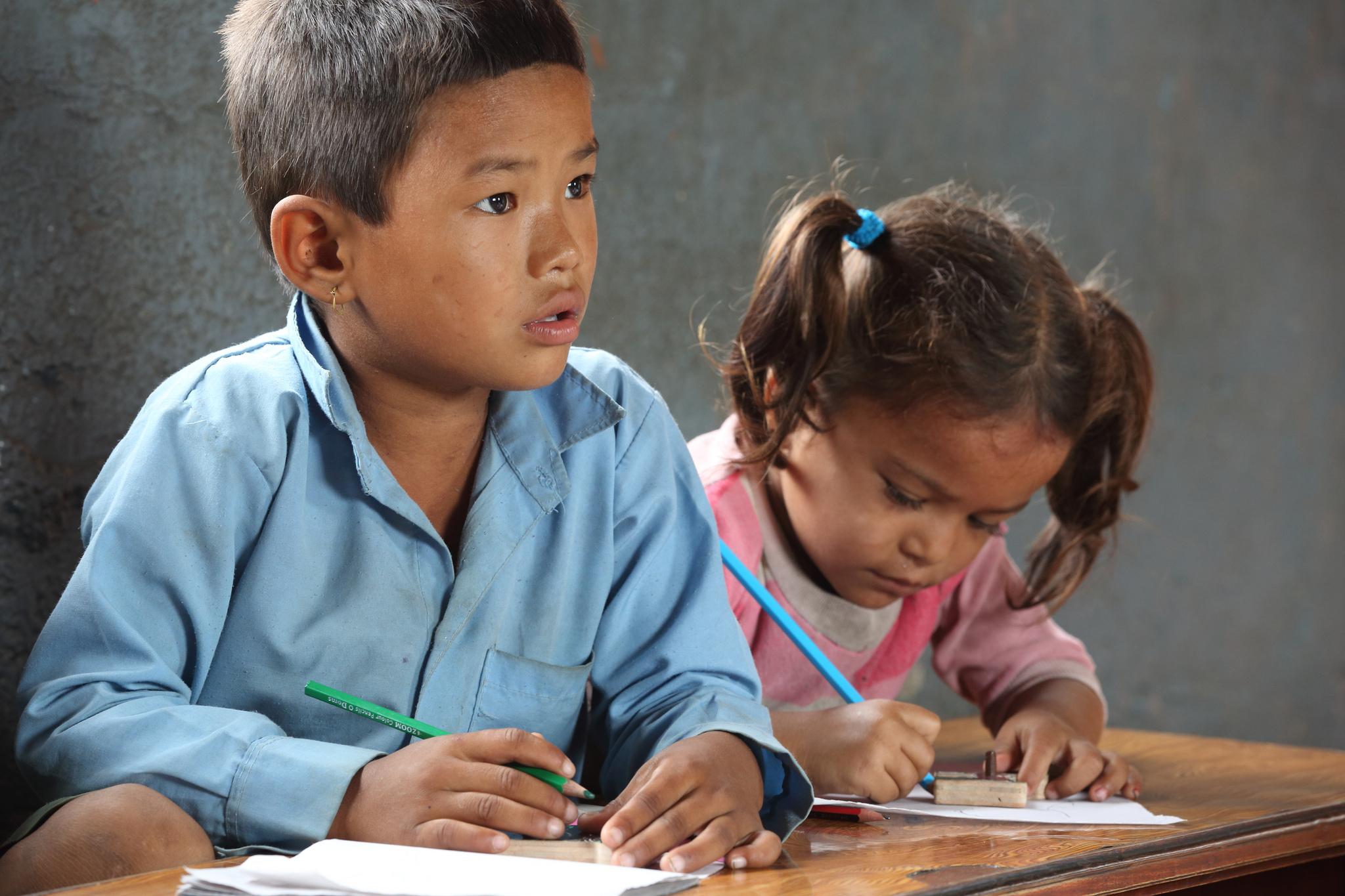 수업 중인 네팔 어린이. (이 사진은 본문과 직접 관련이 없습니다. 출처: Department of Foreign Affairs and Trade, CC BY) https://flic.kr/p/hjJwZ8