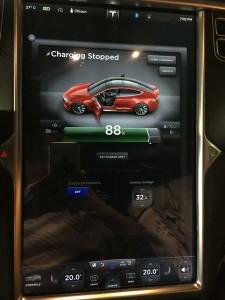 부산 이마트 트레이더스에서 테슬라 S 모델 충전 (2)