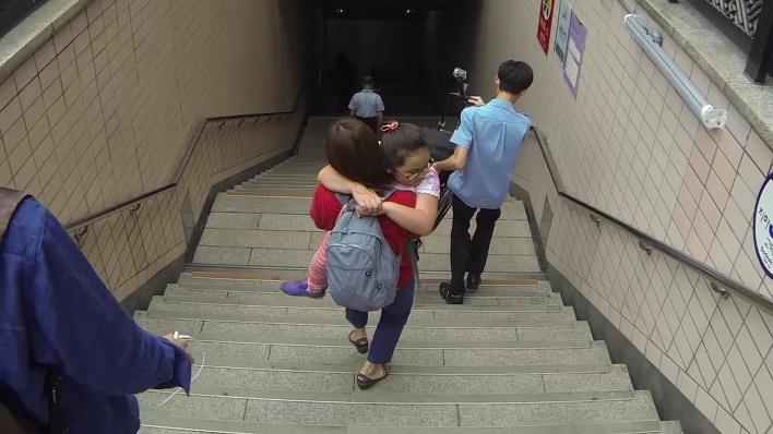 내려가는 계단에 리프트도, 엘리베이터도 없습니다.