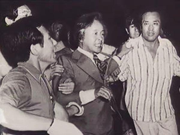 박정희 정권의 몰락을 불러온 YH 사건 당시 경찰에 의해 끌려나오는 김영삼의 모습 (©보도사진연감)