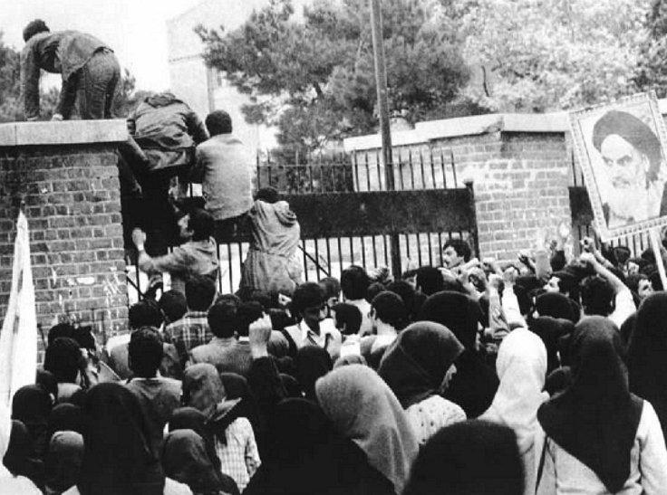 테헤란 주재 미 대사관을 넘어가는 이란 학생들 (출처 미상)