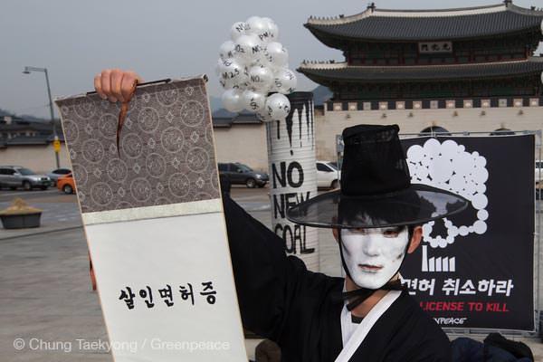 2016년 3월 3일 광화문 앞에 등장한 저승사자가 살인면허증을 펼쳐들고 있습니다.