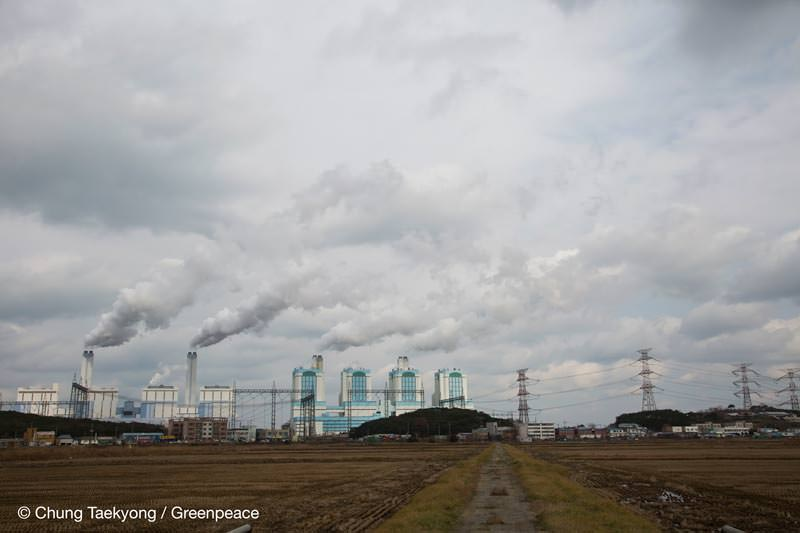 충청남도 당진시 석문면에 위치한 당진 석탄화력발전소의 연통에서 배기가스가 뿜어져 나오고 있다.