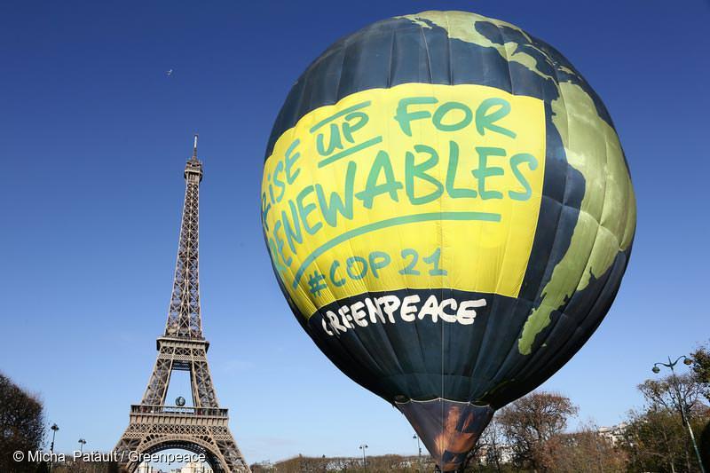 2015년 11월 말 파리 기후변화협약 당사국총회에 모인 세계 각국 정상들에게 '100% 재생가능에너지'를 요구하기 위해서 에펠 탑 앞에 띄워진 지구 모양의 열기구