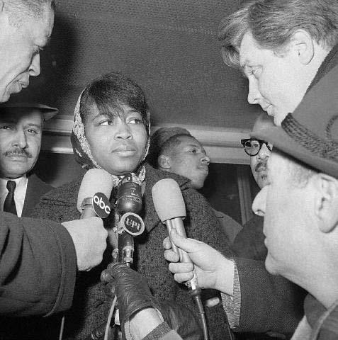 시체 안치소에서 남편 말콤X의 시신을 확인한 뒤 기자에게 질문을 받고 있는 베티 샤베즈 (1965년 2월, 뉴욕시티, 출처: 위키미디어 공용) https://en.wikipedia.org/wiki/Betty_Shabazz#/media/File:Betty_Shabazz_1965.jpg
