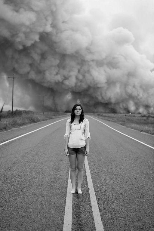 여자 비난 폭풍 고립 외로움 슬픔