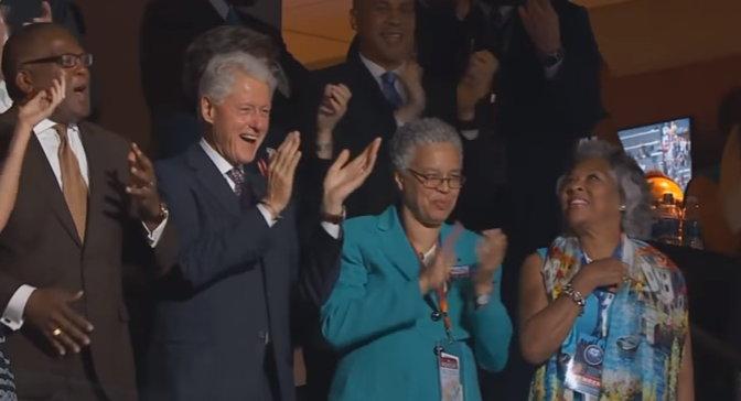 미셸의 연설이 끝나자 기립해서 박수를 보내는 빌 클린턴 (출처: PBS 'NEWS HOUR') https://www.youtube.com/watch?v=4ZNWYqDU948