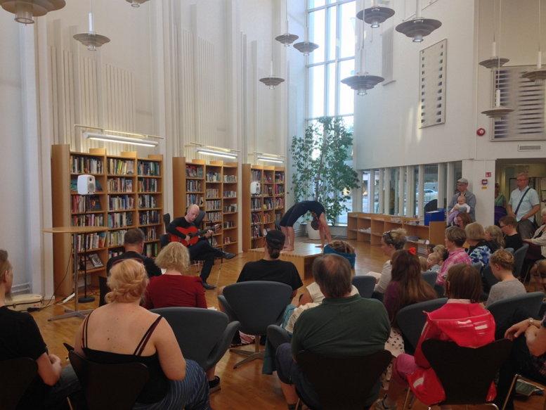 작년(2015년) 예술의 날 동네 도서관에서 열린 작은 음악회, 기타와 요가의 협연(사진: 이승호)