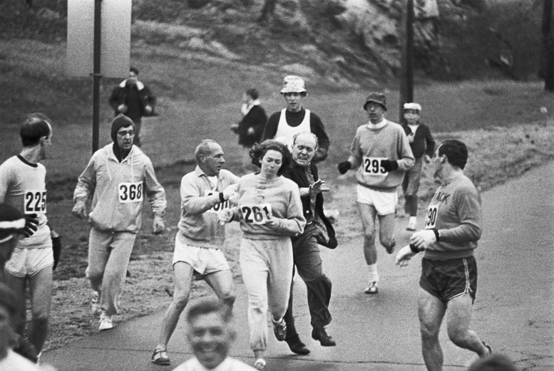 출처: Jock Semple tente d'empêcher Kathrine Switzer de courir le marathon de Boston, le 19 avril 1967 (Getty)