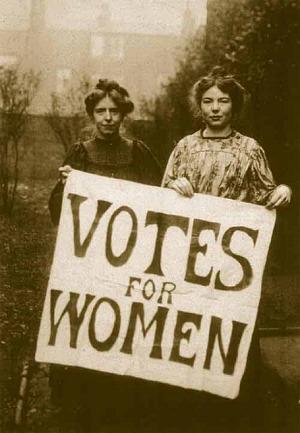 여성사회정치조합의 회원으로 전투적인 전략을 구사했던 애니 케니(Annie Kenney)와 크리스타벨 팬크허스트(Christabel Pankhurst)의 모습. (1908년 당시 모습)