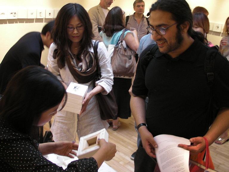 영국에서 진행한 프로젝트에서 작품을 구입하는 관람객 (사진 제공: 박혜민)
