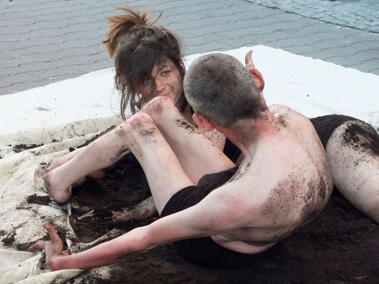 Roland Walter & Melanie Widmann, Performance 'Space between Skin and Earth' (사진: 이정훈)
