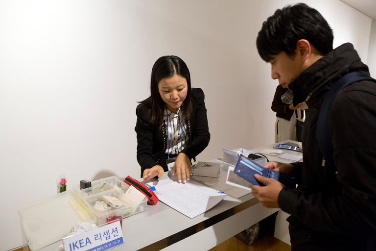 IKEA 리셉션에서 작품을 구입하는 관람객 (사진 제공: 박혜민)