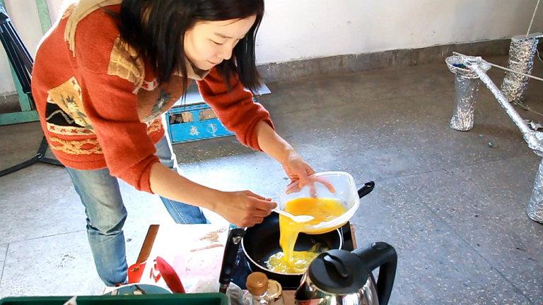 수봉다방에서 진행된 [밥 먹고 가세요] 프로젝트에서 참가자들이 가져온 음식재료들로 열심히 요리 중인 박혜민 작가 (사진 제공: 박혜민)