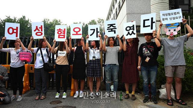 2016년 5월 23일 오후 서울 서초동 서초경찰서 앞에서 20대 여성들이 집단행동을 통해 강남 여성 살인사건을 묻지마 범죄로 규정한 서초서에 항의하는 모습. (사진 제공: 민중의소리) http://www.vop.co.kr/A00001026902.html