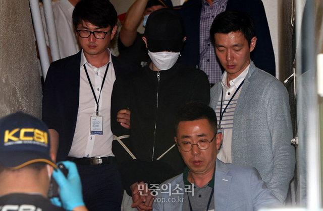 2016년 5월 24일 오전, 강남 살인사건 (당시) 피의자 신분이었던 김 모 씨가 서초구 강남역 인근 한 주점 화장실에서 현장검증을 마치고 내려오는 모습. (사진 제공: 민중의소리)http://www.vop.co.kr/A00001027010.html