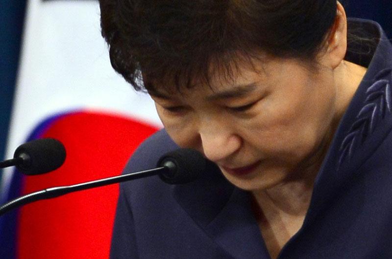 JTBC 보도로 최순실 게이트가 '의혹'이 아닌 '사실'로 확인되자 국민에게 사과하는 박근혜 대통령.