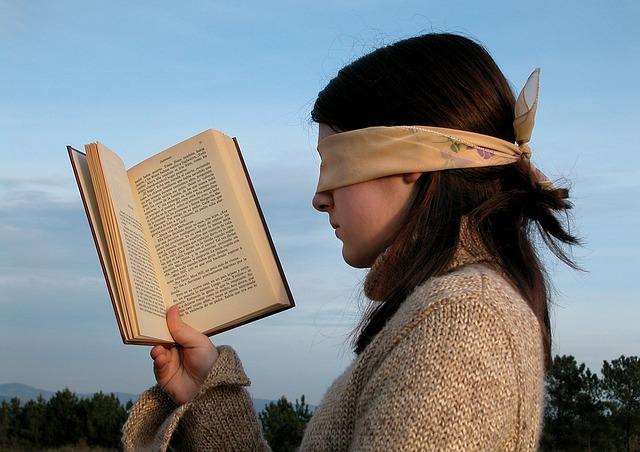 궁극적으로 모든 것은 '독자'를 향해야 하고, 향할 수밖에 없다. 누가 독자의 눈을 가린 손수건을 풀 것인가.