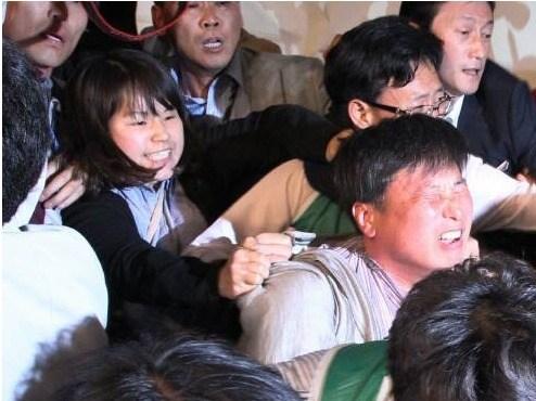2012년 5월 12일 통합진보당 중앙위원회 회의장에서 벌어진 몸싸움 과정 중 조준호 전 공동대표의 머리를 뒤에서 잡아당기는 모습을 찍은 사진 (중앙일보 조용철 기자)